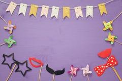 Vista superior de los accesorios divertidos del papel del partido imagenes de archivo