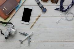 Vista superior de los accesorios esenciales a viajar Imagenes de archivo
