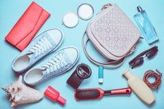Vista superior de los accesorios de niña del primavera-verano: zapatillas de deporte imagen de archivo