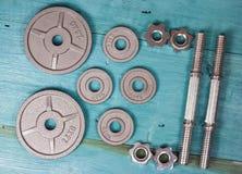 Vista superior de los accesorios para la aptitud en tono gris Pesas de gimnasia, placas del peso Fotos de archivo libres de regalías