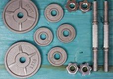 Vista superior de los accesorios para la aptitud en tono gris Pesas de gimnasia, placas del peso Foto de archivo libre de regalías