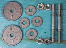 Vista superior de los accesorios para la aptitud en tono gris Pesas de gimnasia, placas del peso Fotografía de archivo