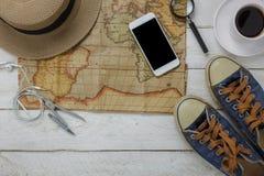 Vista superior de los accesorios a viajar con el fondo del concepto de la ropa de moda Fotos de archivo