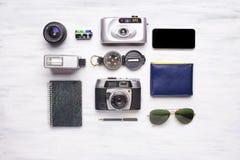 Vista superior de los artículos de la cámara y del viaje del vintage Foto de archivo