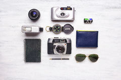 Vista superior de los artículos de la cámara y del viaje del vintage Foto de archivo libre de regalías