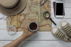Vista superior de los artículos esenciales para el concepto del fondo del viaje y de la tecnología Imagenes de archivo