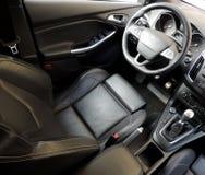 Vista superior de los asientos de carro de cuero con imagen lateral activa de la acción de la ayuda Imagen de archivo libre de regalías