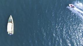 Vista superior de los barcos de navegación en el mar azul de la laguna Conducción cerca de un esquí del jet tailandia almacen de video