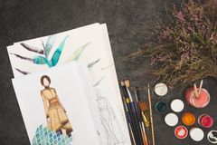 Vista superior de los bosquejos del diseñador en a Imágenes de archivo libres de regalías