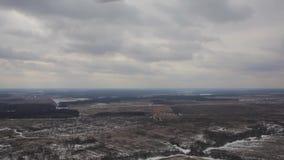 Vista superior de los campos y de los llanos de nieve del invierno almacen de metraje de vídeo