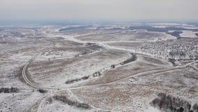 Vista superior de los campos y de los llanos de nieve del invierno almacen de video