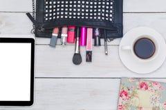 Vista superior de los complementos femeninos - bolso, cosméticos y Fotografía de archivo