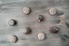 Vista superior de los diversos caramelos de chocolate en fondo de madera foto de archivo libre de regalías