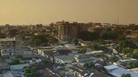 Vista superior de los edificios de la ciudad de Conakry, Guinea almacen de metraje de vídeo