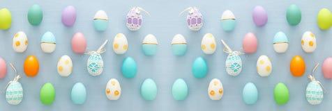 Vista superior de los huevos coloridos de pascua sobre fondo azul imagen de archivo