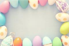 Vista superior de los huevos coloridos de pascua sobre fondo azul imagen de archivo libre de regalías
