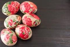 Vista superior de los huevos de Pascua adornados Imagen de archivo