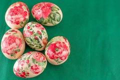 Vista superior de los huevos de Pascua adornados Fotos de archivo