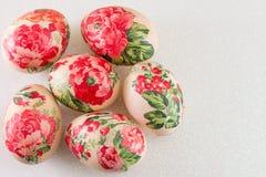 Vista superior de los huevos de Pascua adornados Imagen de archivo libre de regalías
