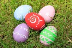 Vista superior de los huevos de Pascua en hierba verde Fotos de archivo