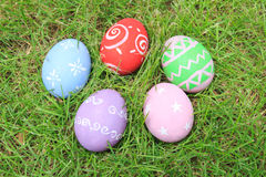 Vista superior de los huevos de Pascua en hierba verde Imagen de archivo