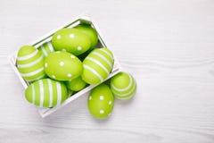 Vista superior de los huevos de Pascua coloridos en la cesta blanca Backgro de Pascua Fotografía de archivo