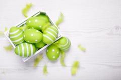 Vista superior de los huevos de Pascua coloridos en la cesta blanca Backgro de Pascua Fotografía de archivo libre de regalías