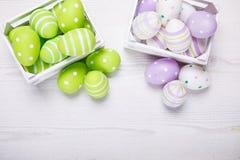 Vista superior de los huevos de Pascua coloridos en la cesta blanca Backgro de Pascua Fotos de archivo libres de regalías