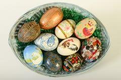 Vista superior de los huevos de Pascua en cesta Fotos de archivo