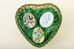 Vista superior de los huevos de Pascua en cesta Imagenes de archivo