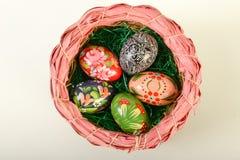 Vista superior de los huevos de Pascua en cesta Imágenes de archivo libres de regalías
