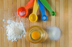 Vista superior de los ingredientes de la hornada y de x28; harina, huevo y sugar& x29; Foto de archivo libre de regalías