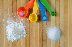 Vista superior de los ingredientes de la hornada y de x28; harina y sugar& x29; Foto de archivo libre de regalías