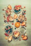 Vista superior de los ingredientes sanos del desayuno y de los tarros de cristal Fotografía de archivo libre de regalías