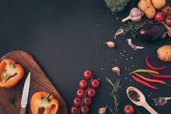 vista superior de los ingredientes vegetales para el plato Imágenes de archivo libres de regalías