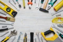 Vista superior de los instrumentos y de las herramientas de la construcción en el banco de trabajo de madera de DIY con el espaci Imagen de archivo