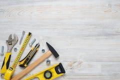 Vista superior de los instrumentos y de las herramientas de la construcción en el banco de trabajo de madera de DIY con el espaci Fotos de archivo