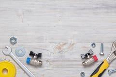 Vista superior de los instrumentos y de las herramientas de la construcción en el banco de trabajo de madera de DIY con el espaci Imágenes de archivo libres de regalías