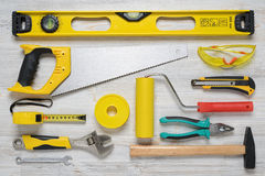 Vista superior de los instrumentos y de las herramientas de la construcción en el banco de trabajo de madera de DIY Nivele, sierr Fotografía de archivo