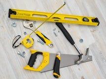 Vista superior de los instrumentos y de las herramientas de la construcción en el banco de trabajo de madera de DIY Nivele, sierr Fotos de archivo libres de regalías