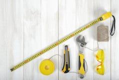 Vista superior de los instrumentos y de las herramientas de la construcción en el banco de trabajo de madera de DIY Cinta métrica Fotografía de archivo
