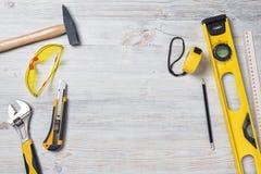 Vista superior de los instrumentos y de las herramientas de la construcción en el banco de trabajo de madera de DIY con el espaci Foto de archivo
