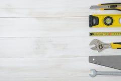 Vista superior de los instrumentos y de las herramientas de la construcción en el banco de trabajo de madera de DIY con el espaci Foto de archivo libre de regalías