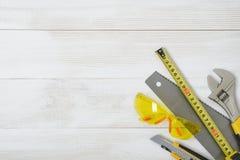 Vista superior de los instrumentos y de las herramientas de la construcción en el banco de trabajo de madera de DIY con el espaci Imagen de archivo libre de regalías