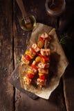 Vista superior de los kebabs de los pescados en una tabla de madera Fotos de archivo libres de regalías