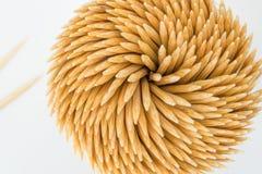 Vista superior de los palillos de bambú en el envase redondo aislado foto de archivo libre de regalías