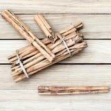Vista superior de los palillos de canela en un fondo de madera Imagen de archivo