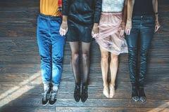 Vista superior de los pies de la gente que mienten en piso Imagen de archivo libre de regalías