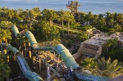 Vista superior de los toboganes acuáticos en el parque del agua Imagen de archivo libre de regalías