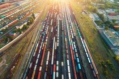 Vista superior de los trenes coloridos del cargo Silueta del hombre de negocios Cowering Imagen de archivo libre de regalías